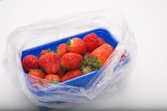 Fresas aromáticas frescas de la visión aérea en bandeja azul del plástico del supermercado Fotografía de archivo