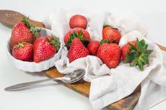 Fresas a bordo el corte en servilleta rayada Fotografía de archivo