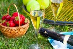 Fresas, champán y pelotas de tenis Imágenes de archivo libres de regalías