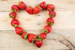Fresas colocadas en una forma del corazón Imagen de archivo libre de regalías