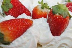 Fresas con crema azotada Fotografía de archivo libre de regalías