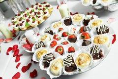 Fresas con el chocolate en el partido del abastecimiento Imagen de archivo