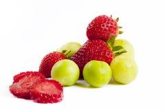 Fresas con los ciruelos verdes Fotografía de archivo libre de regalías