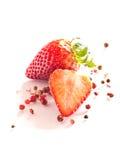 Fresas con los granos de pimienta rojos Fotos de archivo libres de regalías