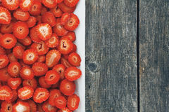 Fresas cortadas en una placa Fotografía de archivo libre de regalías