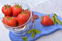Fresas de cosecha propia, grandes, aromáticas en plato transparente en cierre del primero plano para arriba Imagenes de archivo