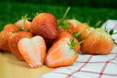 Fresas de la fruta fresca en una placa de madera Fotografía de archivo