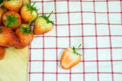 Fresas de la fruta fresca en una placa de madera Fotografía de archivo libre de regalías