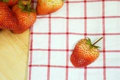 Fresas de la fruta fresca en una placa de madera Fotos de archivo libres de regalías