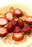 Fresas del cereal de desayuno fotografía de archivo libre de regalías