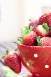 Fresas dentro de una taza roja Imagen de archivo libre de regalías