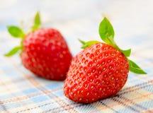 Fresas dulces frescas en el mantel Fotografía de archivo libre de regalías