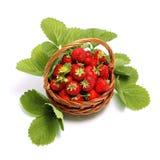 Fresas dulces frescas en la cesta, aislada en blanco Foto de archivo