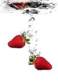 Fresas en agua Imagen de archivo