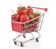 Fresas en carro de compras Foto de archivo