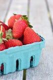 Fresas en cesta azul Imágenes de archivo libres de regalías