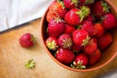 Fresas en cuenco Fotografía de archivo