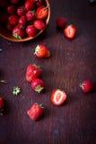 Fresas en cuenco Imagen de archivo libre de regalías