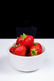 Fresas en el plato de cerámica blanco Imágenes de archivo libres de regalías