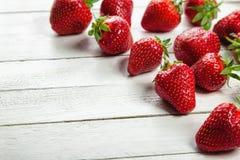 Fresas en el tablero blanco Imagen de archivo