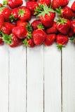 Fresas en el tablero blanco Imágenes de archivo libres de regalías
