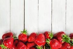 Fresas en el tablero blanco Fotos de archivo libres de regalías
