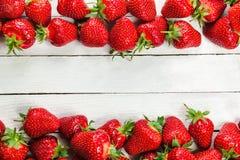 Fresas en el tablero blanco Foto de archivo libre de regalías