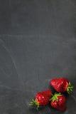 Fresas en el tablero blanco Imagen de archivo libre de regalías