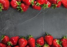 Fresas en el tablero blanco Fotos de archivo
