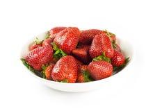 Fresas en el tazón de fuente blanco Foto de archivo