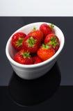 Fresas en el tazón de fuente blanco Fotografía de archivo libre de regalías