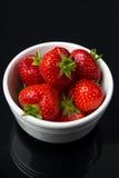 Fresas en el tazón de fuente blanco Imagen de archivo libre de regalías