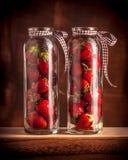 Fresas en estudio en los tarros de cristal Foto de archivo libre de regalías
