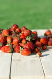 Fresas en la madera blanca foto de archivo libre de regalías