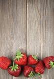 Fresas en la madera resistida imagen de archivo libre de regalías