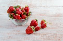 Fresas en la tabla Foto de archivo libre de regalías