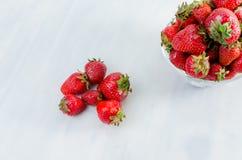 Fresas en la tabla Imagen de archivo