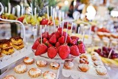 Fresas en la tabla con diversas frutas, c de la recepción nupcial Fotografía de archivo
