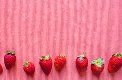 Fresas en mantel rojo Imágenes de archivo libres de regalías