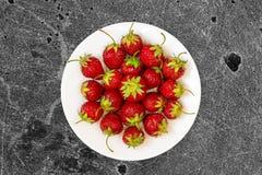 Fresas en plato fotografía de archivo