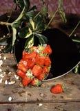 Fresas en tablón Fotos de archivo libres de regalías