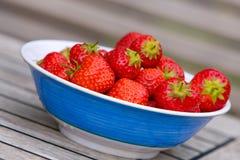 Fresas en tazón de fuente Imágenes de archivo libres de regalías