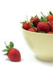 Fresas en tazón de fuente fotos de archivo