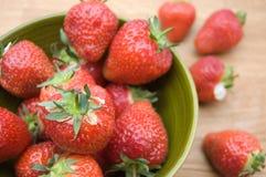 Fresas en tazón de fuente Foto de archivo libre de regalías