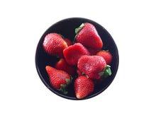 Fresas en tazón de fuente negro Foto de archivo