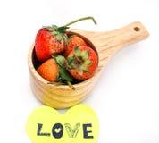 Fresas en taza de madera con la nota del amor Imagenes de archivo