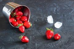 Fresas en un cubo con hielo en el CCB concreto del fondo Fotografía de archivo libre de regalías