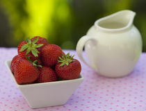 Fresas en un cuenco anguloso blanco foto de archivo libre de regalías
