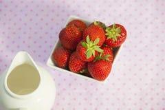 Fresas en un cuenco anguloso blanco imagen de archivo