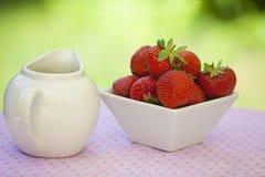 Fresas en un cuenco anguloso blanco foto de archivo